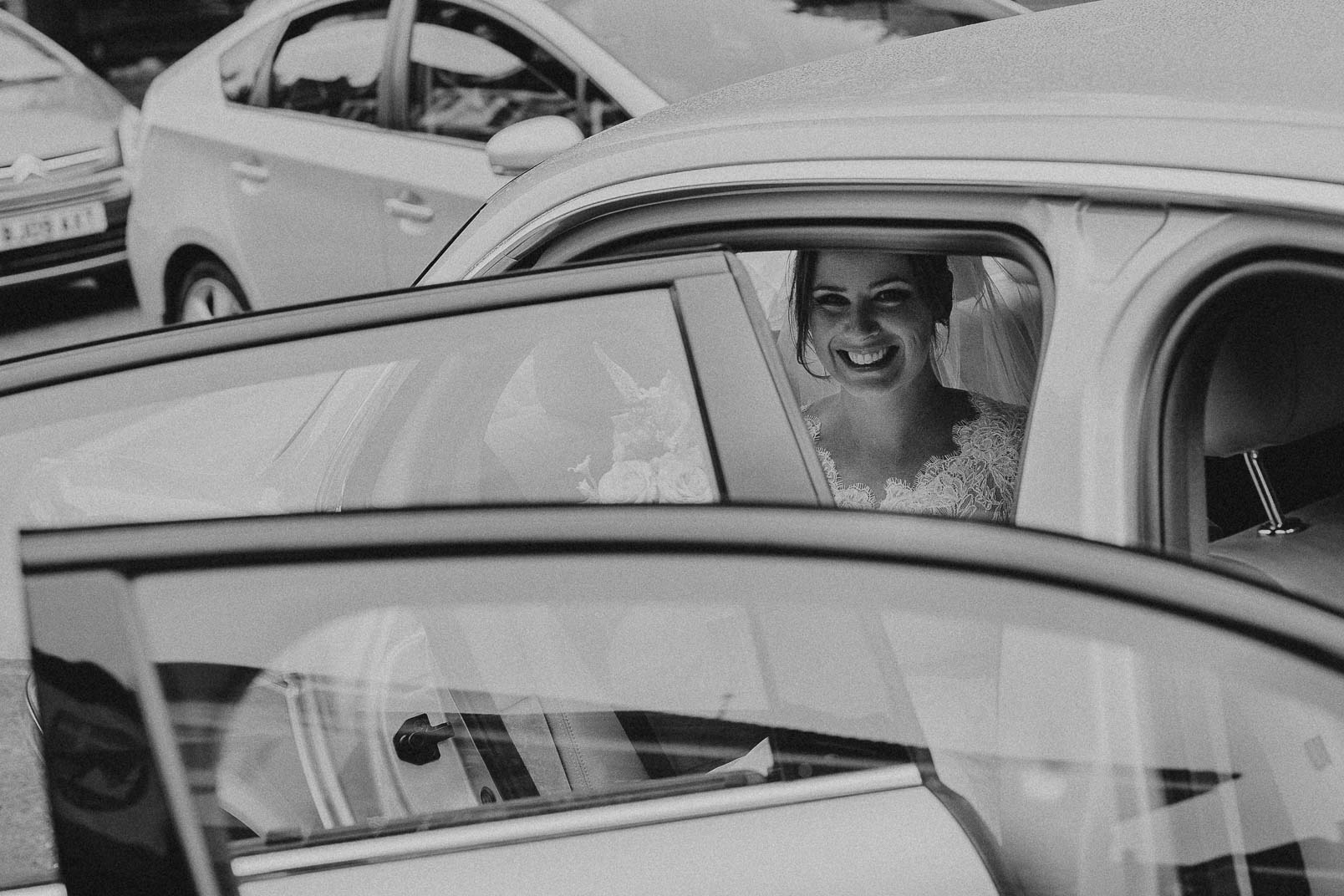 bride arrive to church in car